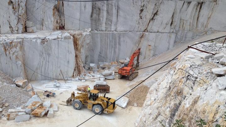 Alcuni mezzi al lavoro in cava