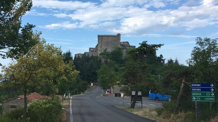 Il Castello di Fosdinovo visto all'incrocio che porta a Gignola