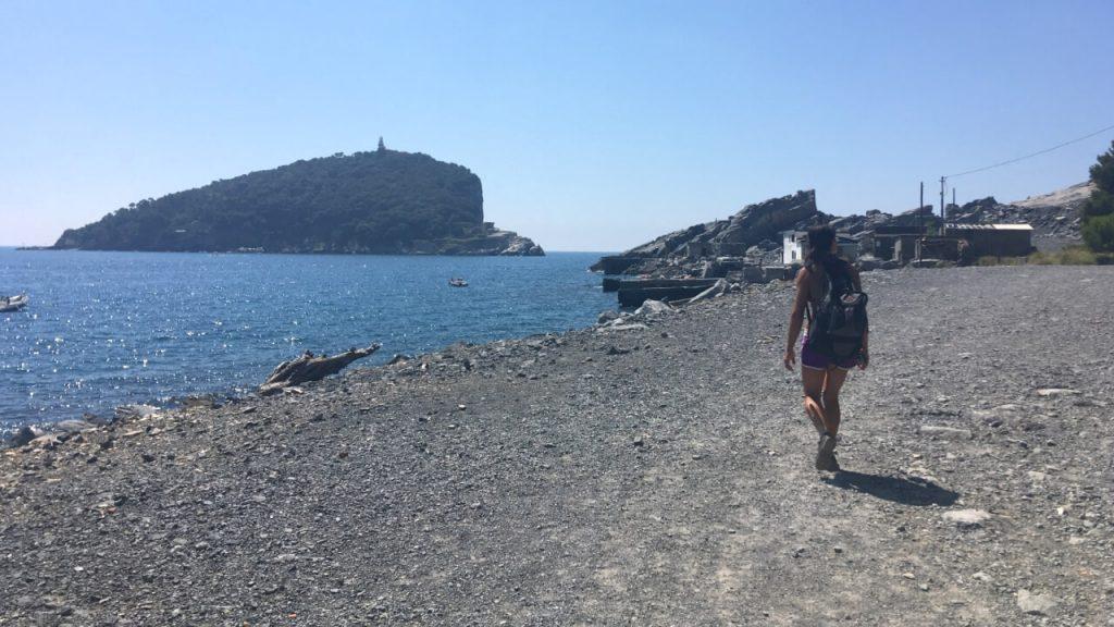 Camminando lungo il litorale delle cave, si vedono le case abbandonate degli operai e  l'Isola del Tino