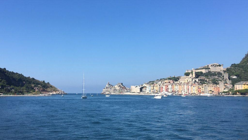 """Visuale dal traghetto su """"Le Bocche"""", lo stretto braccio di mare che separa l'Isola Palmaria con Portovenere"""