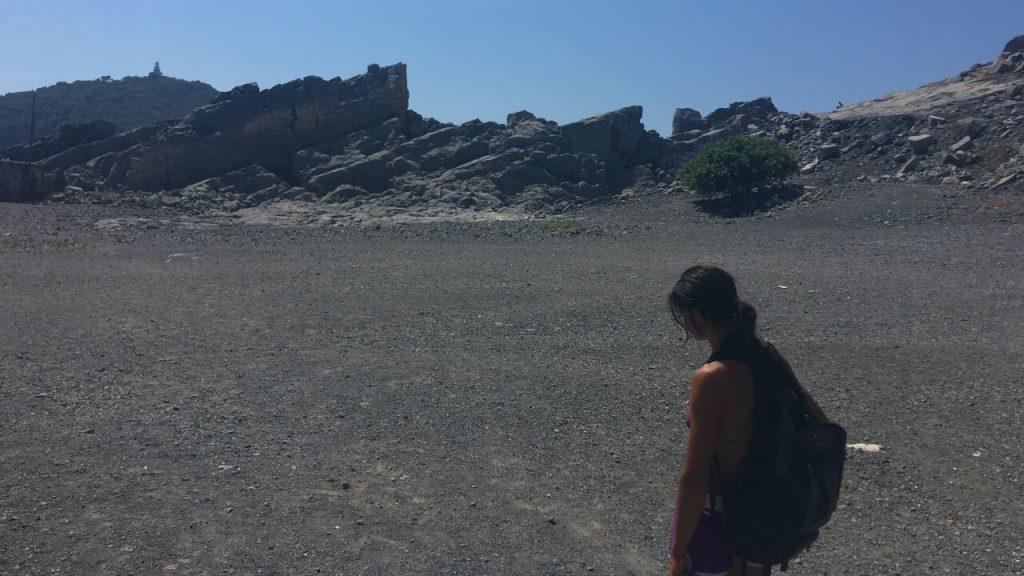 In mezzo al piazzale delle cave e sullo sfondo l'Isola del Tino