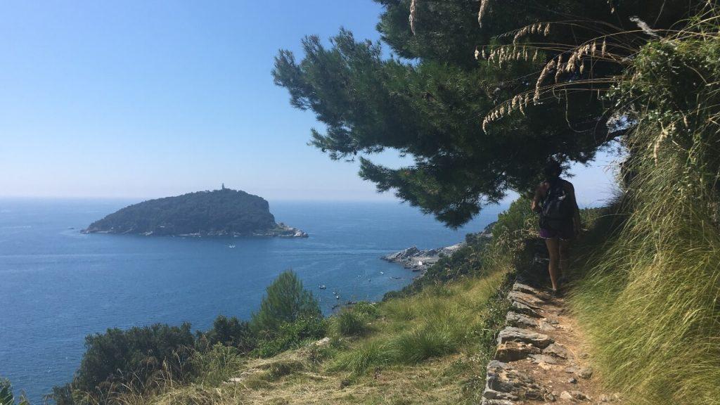 Sentiero con vista sull'Isola del Tino